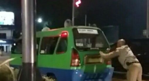 Wakapolresta Bogor Kota AKBP Rantau Isnur Eka mendorong angkot yang mogok ke tepi jalan di Baranangsiang, Kota Bogor, Senin 13/8/2018 (dok. KM)