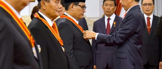 Presiden Joko Widodo memberikan tanda jasa menjelang HUT RI ke-73 di Istana Merdeka, Jakarta 15/8/2018 (dok. Setpres)