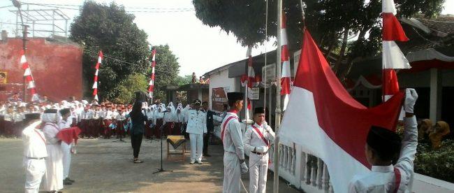 Detik-detik pengibaran bendera Merah Putih di halaman kantor Desa Sukaharja, Cijeruk, 17/8/2018 (dok. KM)