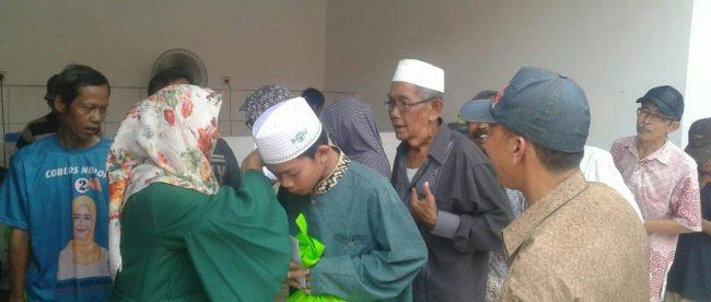 Calon Kepala Desa Setia Darma, Kabupaten Bekasi, saat memberikan santunan kepada Kaum Duafa dan Yatim Piatu