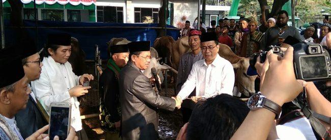 Wakil Walikota Tangerang, H. Syachrudin secara simbolis menyerahkan hewan korban kepada Ketua Umum Pelaksanaan Idul Adha 1439 Masjid Al Azhom, Dadi Budaeri di belakang Masjid Al Azhom, Rabu 22/8/2018 (dok. KM)
