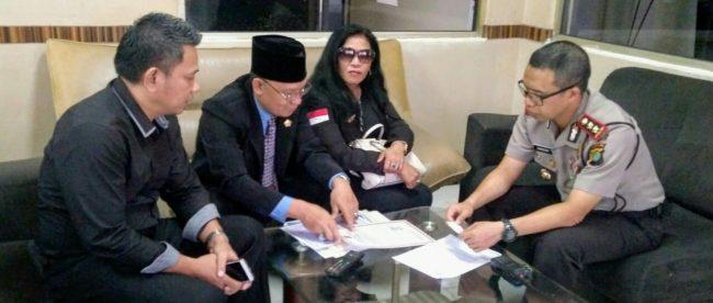 Ketua Umum PPWI dan FPII melaporkan pengurus Dewan Pers ke Polres Metro Jakarta Pusat, Agustus 2018 (dok. KM)