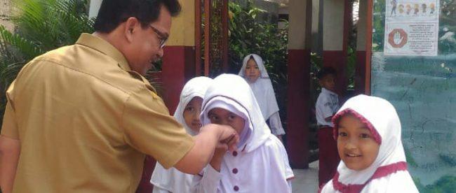 Kadisdik Fahrudin saat menyambangi SDN Kedung Badak 3 Kota Bogor, Selasa 28/8 (dok. KM)