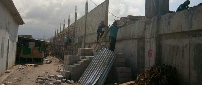 Pekerja di proyek pembangunan kolam renang di Kabupaten Bangka Tengah, Babel (dok. KM)