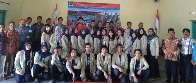 Keterangan foto: Foto bersama mahasiswa UGM Jogjakarta dengan Lurah Jambeyan, Munawar (batik merah berpeci)