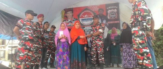Ketua LMPI MAC Tamansari Zhoro saat memberikan santunan kepada yatim piatu dan dhuafa, Minggu 26/8 (dok. KM)