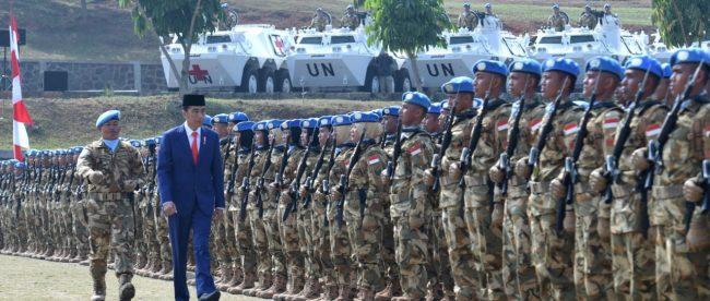 Presiden Joko Widodo memantau kesiapan kontingen tentara Indonesia untuk pasukan perdamaian PBB di Lebanon dan Kongo, Bogor 31/8/2018 (dok. Setpres)