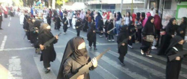Foto viral yang menampilkan pawai anak-anak TK yang menggunakan kostum seperti kelompok teroris (dok. Facebook user Nanisha effendy)