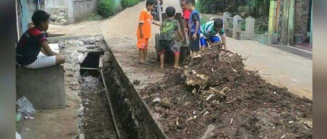 Anak-anak yang ikut bekerja di proyek pembuatan drainase di wilayah Depok (dok. KM)