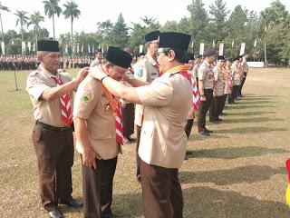 Ketua Kwarnas Gerakan Pramuka Adhyaksa Dault saat mengalungkan Lencana Melati kepada Ketua Kwarcab Langsa Marzuki Hamid (dok. KM)