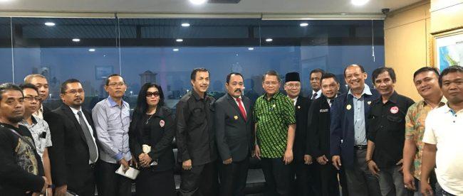 Foto bersama Menteri Komunikasi dan Informasi Rudiantara bersama para pimpinan organisasi yang tergabung dalam Sekretariat Bersama Pers Indonesia di Kantor Kementerian Kominfo, Rabu, 26/9/2018.