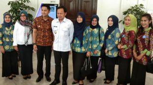 Walikota Bogor Bima Arya Sugiarto dan Wakil Bupati Bandung Barat Hengky Kurniawan serta Ketua Sekolah Ibu Yane Ardian (dok. KM)