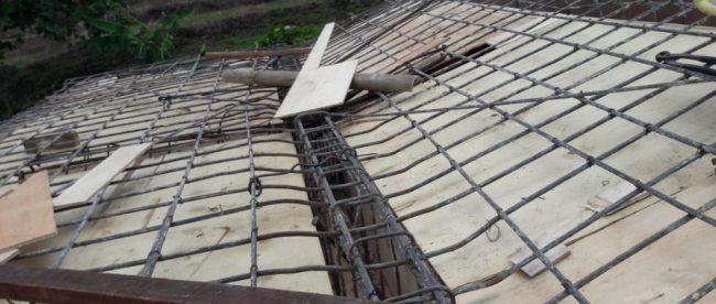 Atap dak beton di rumah pintu air di Desa Palasari, Kabupaten Bogor, yang roboh (dok. KM)