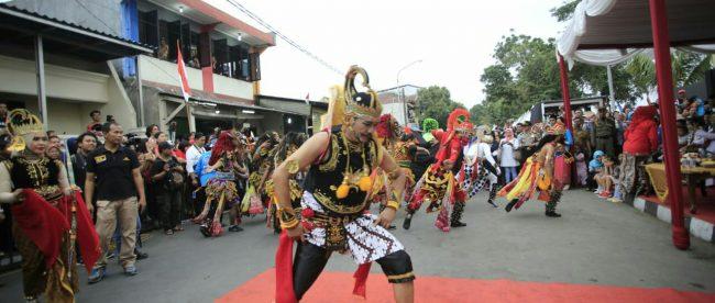 Salah satu pertunjukan budaya dalam rangka penutupan Festival Cisadane 2018 di Bantaran Kali Cisadane, 1/9/2018.