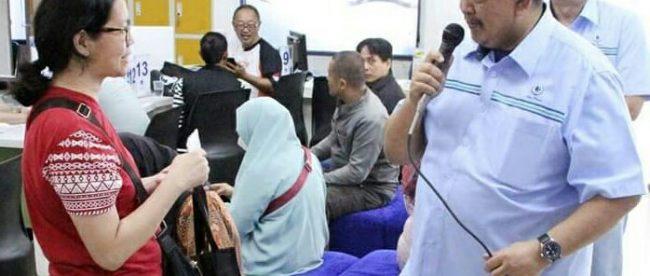 Dirut PDAM Tirta Pakuan Kota Bogor Deni Surya Senjaya Saat Berdialog Dengan Pelanggan (dok. Humas PDAM)