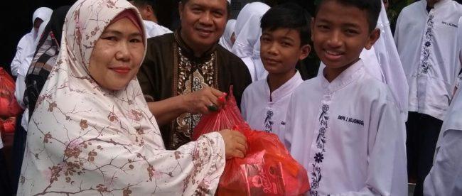 Guru pembina OSIS di SMPN 2 Bojonggede saat pemberian santunan dan sembako kepada siswa yatim dan dhuafa, Jumat 21/9 pagi (dok. KM)