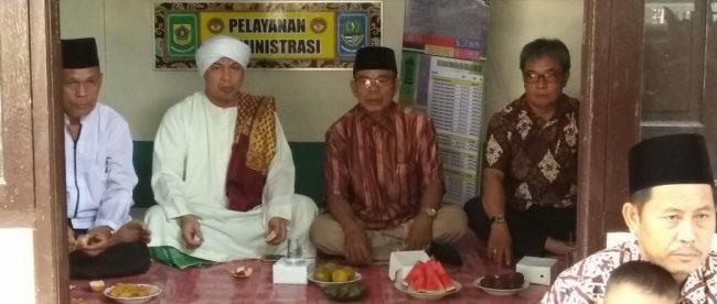Kasie kesra Kecamatan Tajurhalang Kusmayadi bersama ketua MUI Desa Sukmajaya Abu Abdilah Al Munibi (dok. KM)