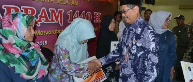 Walikota Jakarta Selatan Marullah Matali tengah menyerahkan bantuan kepada 596 mustahik secara simbolik