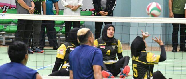 Presiden Joko Widodo memantau latihan atlit voli duduk di GBK, Jakarta, Kamis 27/9 (dok. KM)