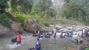 """Pengunjung sedang mandi di lokasi """"Kali Kawin"""" atau """"Sungai Jodoh"""" di Desa Pasir Angin, Megamendung, Kabupaten Bogor (dok. Warungmisterius.co.id)"""