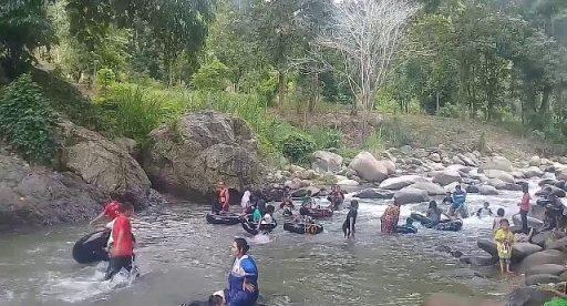 Pengunjung sedang mandi di lokasi