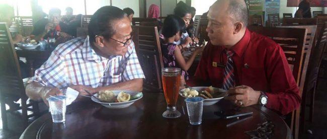 Foto kenangan Wilson Lalengke bersama Leo Batubara saat sama-sama menjadi narasumber seminar jurnalistik di HUT ke-7 Media Metropol News, Maret 2017 di Puncak, Bogor.