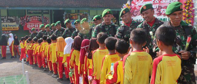 Siswa MI Muhammadiyah Penaruban saat mendatangi Makodim Purbalingga, Jumat 5/10/2018 (dok. KM)