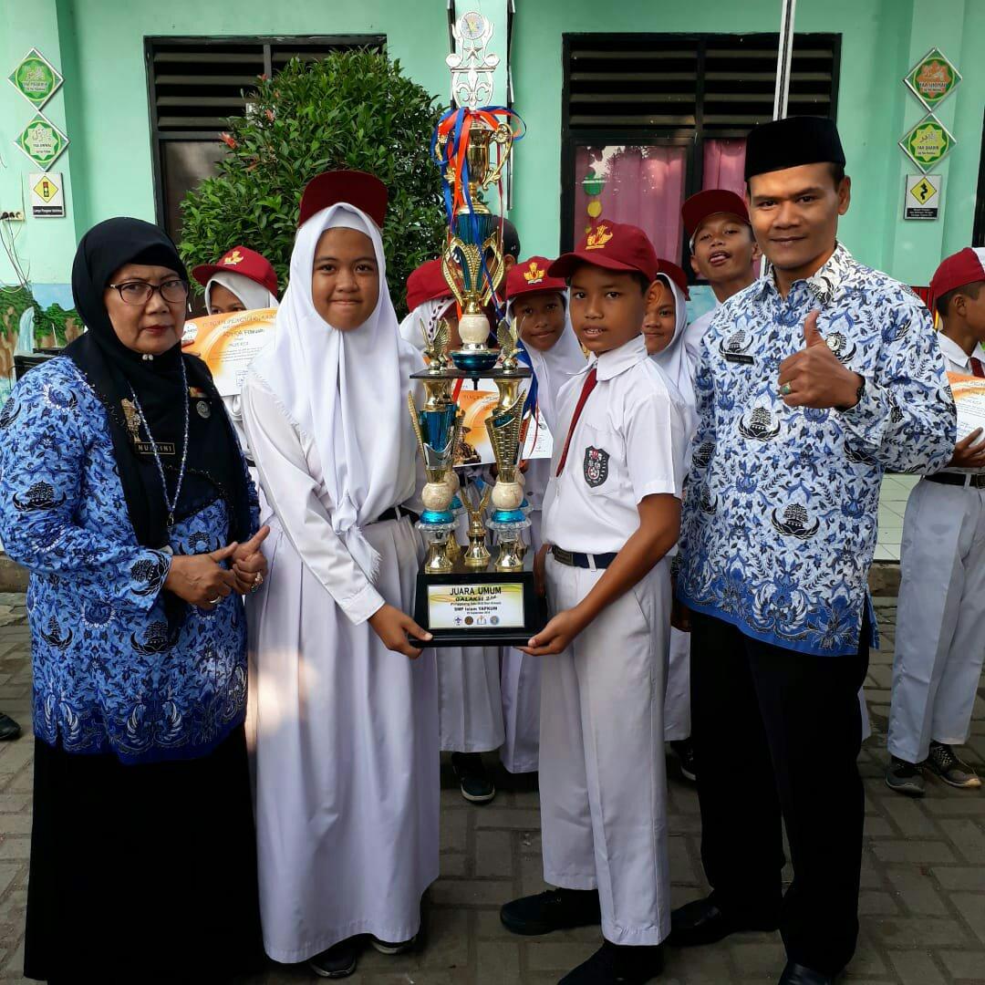 Siswa SDN 04 Pondok Terong peraih juara umum lomba GALAKSI didampingi Kepsek Nuraini (dok. KM