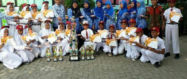 Foto bersama guru dan siswa SDN Pondok Terong 4 peraih juara lomba (dok. KM)