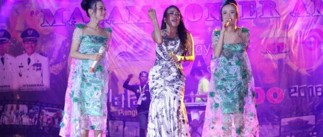 Penampilan artis Duo Viva di malam konser amal Himpunan Seniman Pelalawan (HSP) di Taman Kratif Pangkalan Kerinci, Kabupaten Pelalawan, Riau, Senin 8/10 (dok. KM)