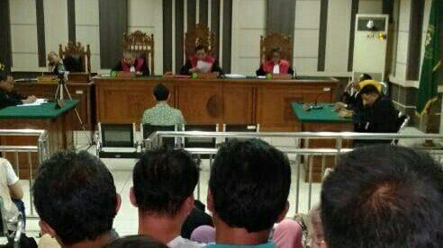 Bupati Kebumen non aktif Yahya Fuad sedang mengikuti sidang putusan di Pengadilan Tipikor Semarang, Senin, 22/10.
