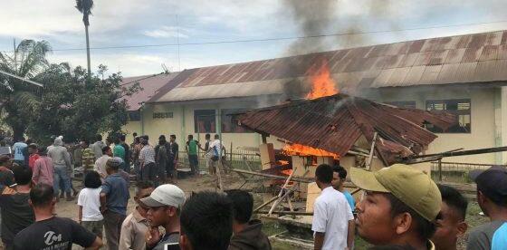 Api yang masih menyala di Mapolsek Bendahara, Aceh Tamiang yang dibakar oleh sekelompok masyarakat setempat, Selasa 23/10 (dok. KM)