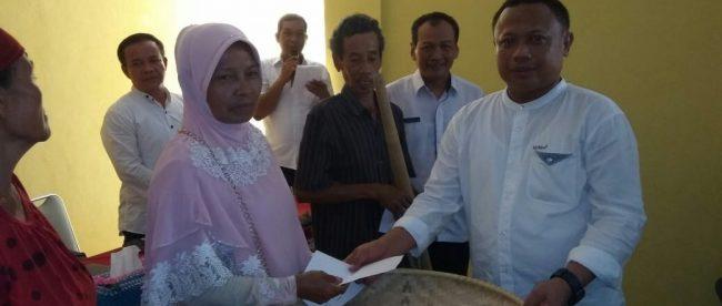 Kades Tajurhalang Saipudin bersama Kabid UKM dan Koperasi Disperindagkop Kabupaten Bogor A. Aziz saat pemberian hibah dan tambahan modal secara simbolis kepada salah satu warga pelaku UKM, Rabu 24/10 (dok. KM)