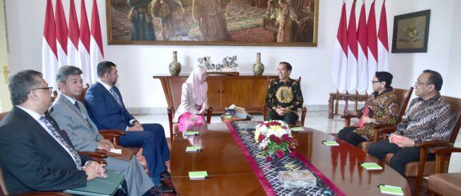 Presiden Joko Widodo berbincang bersama Deputi Perdana Menteri Malaysia Wan Azizah Wan Ismail di Istana Bogor, Selasa 9/10 (dok. Setpres)