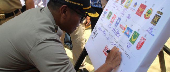 Kapolres Kepulauan Seribu AKBP Victor Siagian menandatangani deklarasi pemilu damai di Pulau Pramuka, Rabu 3/10 (dok. KM)