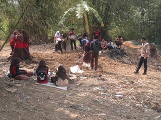 Pengerjaan lapangan olahraga oleh siswa MTs Al-Haq, Sukabumi (dok. Tar/KM)