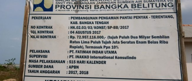 Plang proyek pemecah gelombang di pantai Penyak dan Terentang, Bangka Tengah (dok. KM)