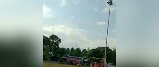 Hibatullah Akbar Novianto memanjat tiang bendera dan menyambungkan pengait pada Upacara Bendera Sumpah Pemuda di SMAN 1 Purwokerto, Banyumas 28/10/2018