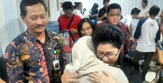 Menteri Kesehatan Nila Moeloek turut berduka dan menjumpai Rismayanti, istri dari Sah Sahabudin (42), Kepala Sub Bagian Tata Usaha Kantor Kesehatan Pelabuhan Pangkal Pinang di Posko Antemortem RS Bhayangkara, Jakarta 29/10/2018.