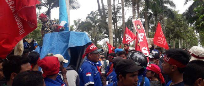 Aksi demonstrasi buruh di depan Kantor Gubernur Sumatera Utara, Medan, Jumat 16/11/2018 (dok. KM)