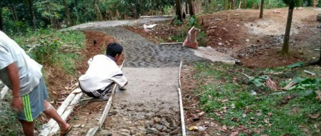Pembangunan jalan lingkungan di Desa Pabangbon, Leuwiliang, dilaksanakan dengan swadaya warga (dok. KM)
