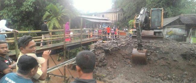 Pekerjaan peningkatan jembatan Cibinong di ruas jalan Kreteg-Klapa Tujuh, Desa Ciapus, Kecamatan Ciomas, Kabupaten Bogor (dok. KM)