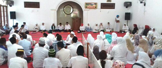 Suasana pengajian dan doa bersama jajaran staf PN Kelas 1A bersama DKM Al-Jimahelah kepada mantan ketua, wakil ketua hakim dan anggota atas meninggalnya korban dalam kecelakaan pesawat Lion Air JT 610. (dok. KM)