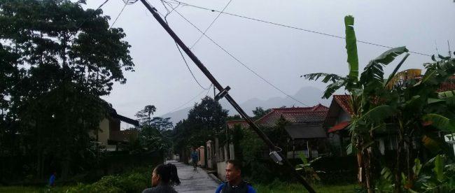 Kondisi tiang listrik yang roboh di Desa Sirnagalih, Kecamatan Tamansari, Minggu 11/11/2018 (dok. KM)