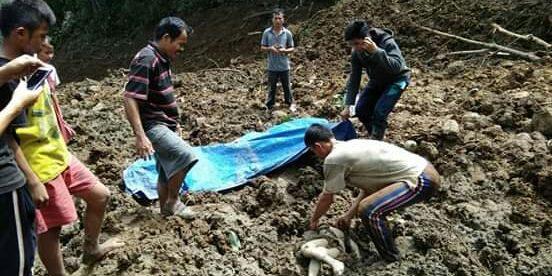 Warga mengevakuasi jasad korban longsor yang menimpa rumah di Desa Sukamaju Mohili, Nias Selatan, Selasa 13/11/2018 (dok. KM)