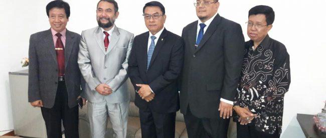 Kiri-kanan: Kepala LL Dikti Prof. Dr Umam, ketua Asosiasi Perguruan Tinggi Swasta Indonesia Prof Dr Budi Sujatmiko, kepala Staf Kepresidenan Dr Moeldoko, ketua Pembina Pelita Bangsa Mardiana, dan sesepuh Mbah Yadi (dok. KM)