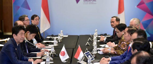 Pertemuan bilateral Presiden Joko Widodo bersama Perdana Menteri Jepang Shinzo Abe di sela pertemuan KTT ASEAN di Singapura, Kamis 15/11/2018 (dok. KM)