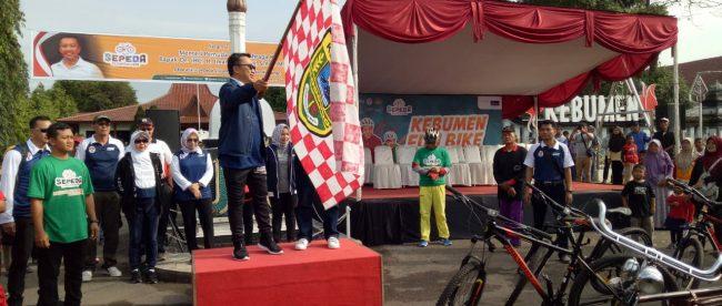 Menteri Olah Raga Imam Nahrawi peserta sepeda santai nusantara dari depan Pendopo Bupati Kabupaten Kebumen pada hari Minggu 11/11/2018 (dok. KM)