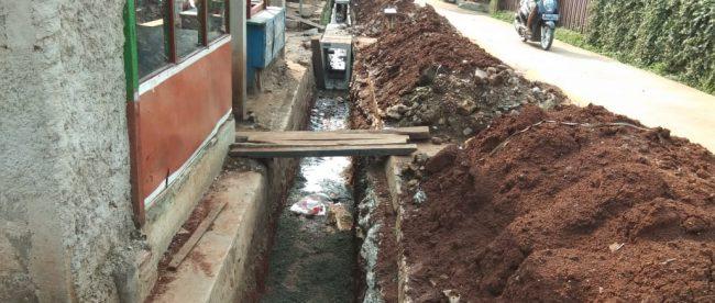 Proses pengerjaan u-ditch di Jalan H. Sabirin Kelurahan, Pondok Jaya, Kecamatan Cipayung Kota Depok, Selasa 20/11/2018 (dok. KM)