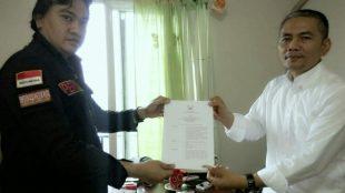 Syamsudin Robbitullah saat menerima penyerahan SK pengangkatan pengurus dari Ketua Umum DPP PWRI, Rabu 19/12/2018 (dok. KM)